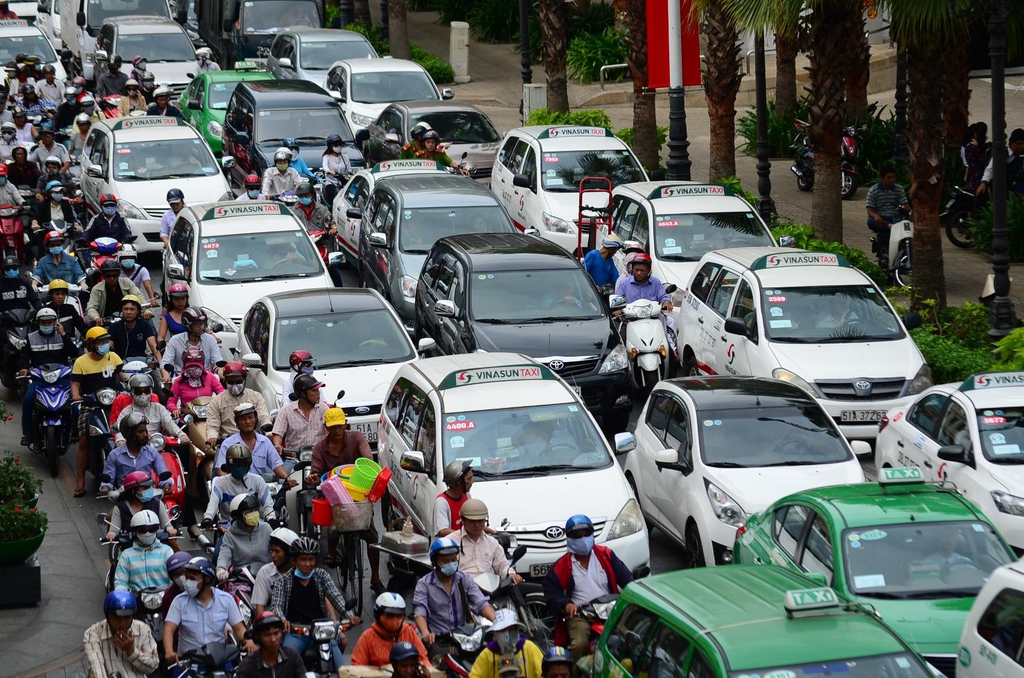 Kinh nghiệm lái xe Mitsubishi khi vào khu đông dân cư cho người mới